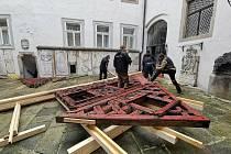 Instalace původního štítu hrázděného statku v Milíkově na nádvoří chebského muzea.