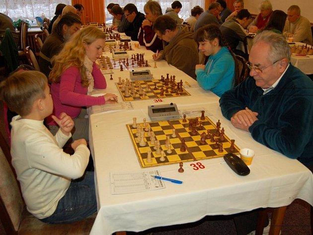I malé děti si zahrály šachy. To, že hraje ani ne desetiletý kluk s někým o mnoho let starším, vůbec neznamená, že nemá šanci. Dnešní mladí šachisté hrají velmi dobře.