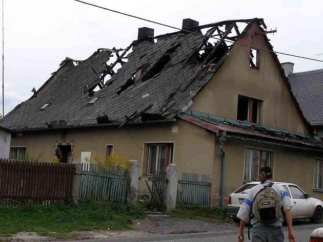 U požáru střechy rodinného domu ve Skalné zasahovaly čtyři jednotky hasičů.