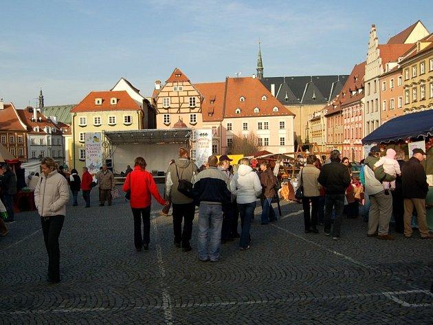 Minulé adventní trhy na chebském náměstí Krále Jiřího z Poděbrad. Ty letošní už mají vypadat jinak