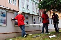 Dvorky a uličky historického centra Chebu opět ožívají. Dobrovolníci – studenti začali instalovat na zdi obrazy a fotografie.