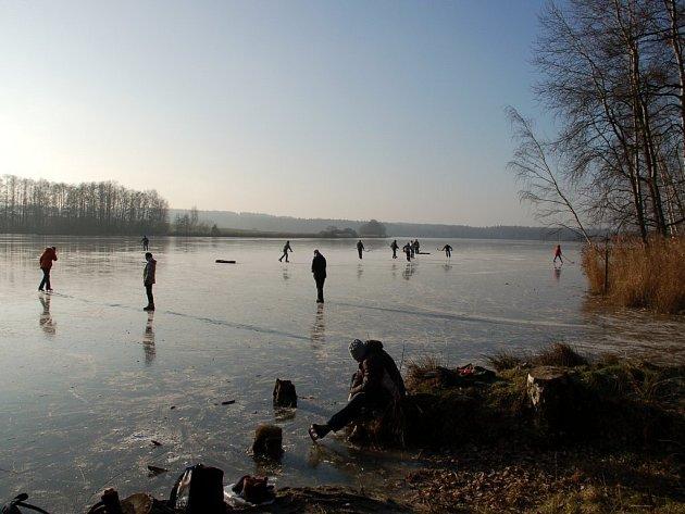 Bruslaři na Silvestra na rybníku Amerika u Františkových Lázní
