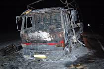 Požár kamionu v pondělí 12. ledna večer zablokoval hlavní silniční tah mezi Chebem a Plzní nedaleko od Jesenické přehrady