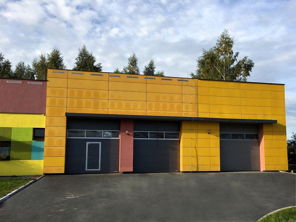 Dobrovolní hasiči z Krásné mají k dispozici nové výjezdové garáže.