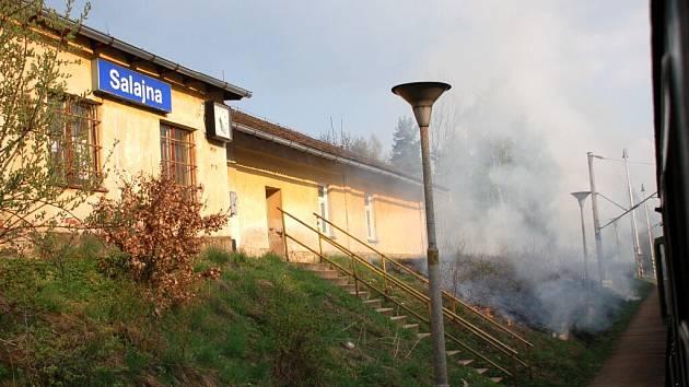 Požár suché trávy okolo železniční trati č. 170 mezi Salajnou a Dolním Žandovem v úterý 14. dubna odpoledne