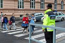 Policisté i strážníci na konči školního roku hlídkují u škol