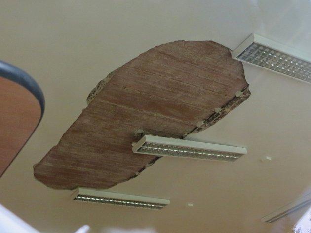 V JEDNÉ Z UČEBEN v Základní škole v Lipové se utrhl kus omítky a spadl dovnitř. Škola vzápětí celou třídu uzavřela.