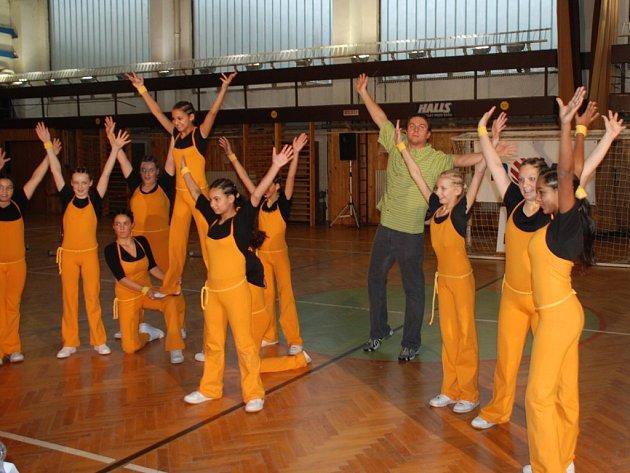 BYLI ÚSPĚŠNÍ. Dětský domov Plesná předvedl v počtu 12 dětí téměř profesionální aerobikovou sestavu, v pozadí patron, redaktor TV Nova Tomáš Hauptvogel.