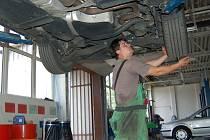 Nechat si vyměnit letní pneumatiky za zimní je záležitostí několika desítek minut. Cena také není závratná. Některé řidiče možná odrazuje investice do samotných gum, ale za pocit bezpečí to stojí, s tím souhlasí i automechanici.