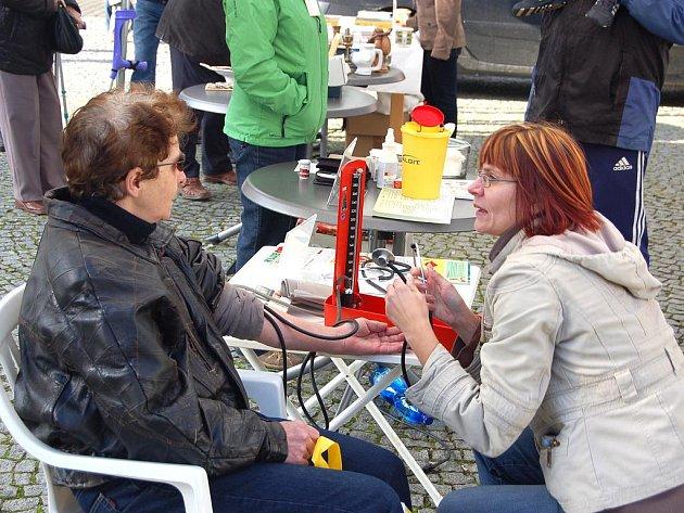 Desítky občanů města Chebu navštívily akci na chebském náměstí, kde se informovali o hospicové péči. Mimo jiné si mohli nechat změřit tlak nebo zjistit hladinu cukru v krvi.