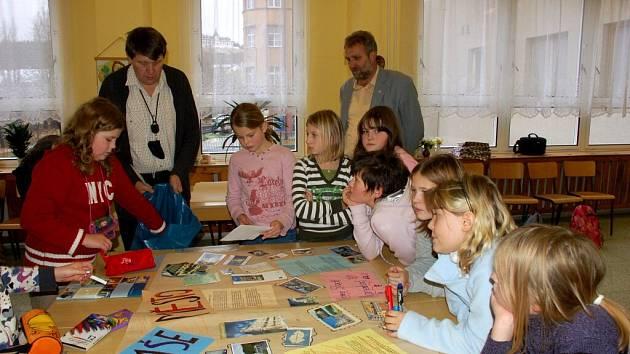 Spolupráce mariánskolázeňské základní školy Jih a školy v německém Tirschenreuthu trvá už 13 let. Při poslední akci spolu žáci obou škol vytvářeli plakáty v rámci projektu Město, kde bydlí moji kamarádi