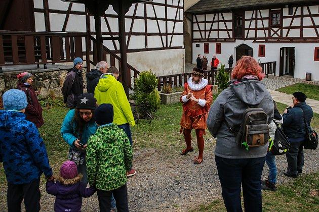KOMENTOVANÉ PROHLÍDKY hradu se ujal se svou chotí sám hradní pán, tedy ředitel Městského muzea Františkovy Lázně Štěpán Karel Odstrčil.