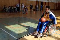 Sportovní klub vozíčkářů v Chebu připravil akci Sportem blíže k lidem, kde si mohli i zdraví lidé vyzkoušet třeba jízdu na invalidním vozíku