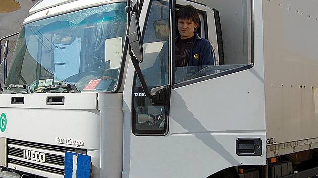 Kurzy autoškol se zdají již teď zájemcům o řidičský průkaz na nákladní automobil  drahé. Další povinné školení by mohlo případné adepty odradit.