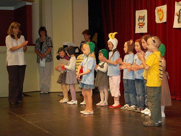 Děti z mateřské školky na chebském sídlišti Skalka se připravily v Západočeském divadle v Chebu na vstup do první třídy. Foto: Deník/Jan Buriánek