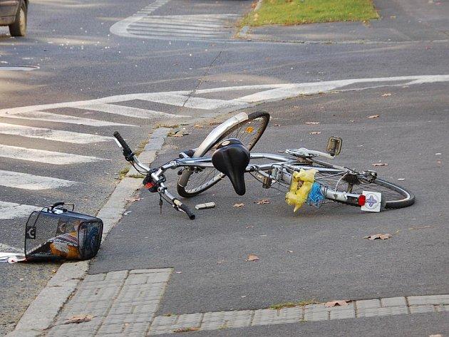 CYKLISTU VE FRANTIŠKOVÝCH LÁZNÍCH srazilo auto. Na místě museli zasahovat záchranáři, kteří zraněného muže převezli do chebské nemocnice.