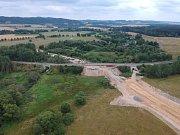 Porovnání rychlosti osobního vlaku a vlaku nákladního, který vykolejil na železniční trati u Mariánských Lázní.