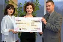 Předání darovacího šeku ve firmě Slot