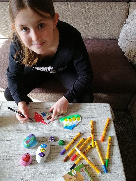 Eliška Soukupová provedla Deník celým ´výrobním procesem´ kamínkování.  Malování