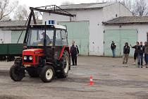 Závodů v orbě se mohou zúčastnit i studenti zemědělské školy