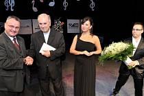 FRANTIŠEK RADKOVSKÝ, biskup plzeňský (druhý zleva), obdržel od Rudolfa Kozáka, zástupce ředitele strategie a komunikace akciové společnosti Severočeské doly, částku 30 227 korun. Na snímku je s pěvkyní Andreou Kalivodovou a moderátorem Milošem Skácelem.