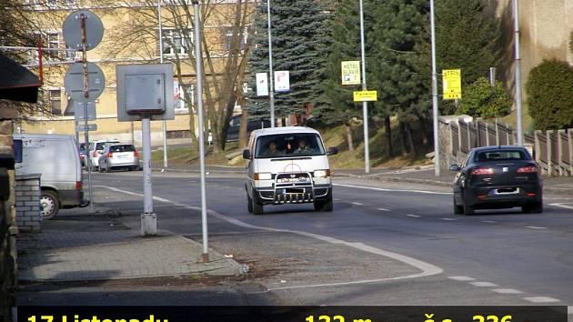 PŘEKROČIL RYCHLOST. Řidič vietnamské národnosti nejprve překročil povolenou rychlost.  O chvíli později se dokonce pokusil na hlídku městské policie najet.
