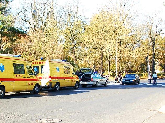 NEHODA. V chebské ulici Baltazara Neumanna srazilo osobní vozidlo dvě chodkyně. Co přesně se stalo, je nyní předmětem šetření chebských policistů.
