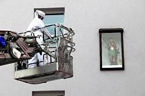 HASIČI SE OBČAS setkávají i s kuriózními případy. Minulý rok se například zalíbilo vosám přímo na stanici v Karlových Varech, kde se rozhodly obléhat sochu svatého Floriánka.