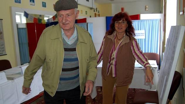 V Karlových Varech přišli do volebních místností jako první většinou senioři