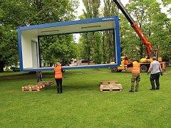 Kontejnery organizátoři připravily na svá místa v parku u mariánskolázeňské nemocnice.