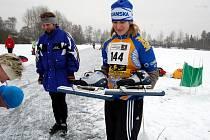 ZÁVODU v rychlobruslení, který se konal na rybníku ve Velké Hleďsebi u Mariánských Lázní, se zúčastnila také Dana Fialová  (s bruslemi), která zvítězila v kategorii ženy – 19–30 let.