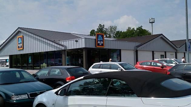 V pondělí bylo v sousedním Waldsassenu u jednoho z nejznámějších obchodů plné parkoviště.
