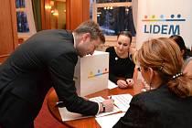 Předsedou krajské rady se stal právník Mgr. Pavel Grüner (na snímku u volební komise). Místopředsedy krajské rady byli zvoleni Ing. Klára Nýdlová, obchodní ředitelka hotelu, RNDr. Jiří Neumann, ředitel SOU stravování a služeb, a Petr Šimeček, podnikatel