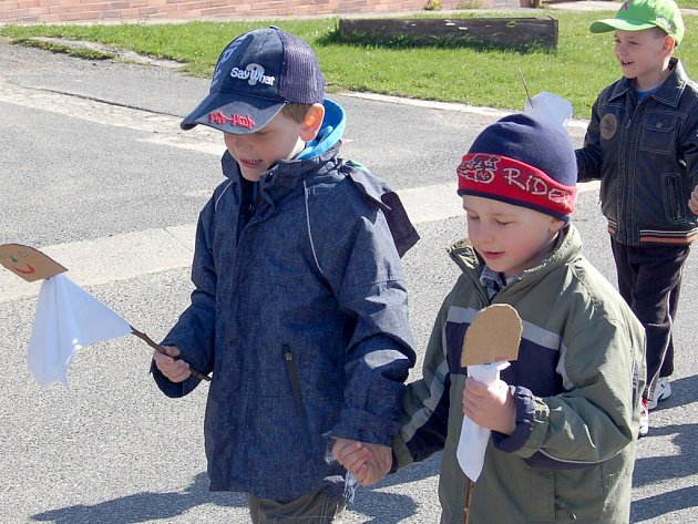 DRMOULSKÉ DĚTI vyhnaly zimu a smrtky, které vyrobily, skončily bez milosti ve vodě. Zpátky do školy si žáčci přinesli jaro.
