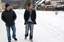 NEJZADLUŽENĚJŠÍ českou obec Prameny chtěl z dluhů vyvést známý mystifikátor Lukáš Kohout (vpravo). Nakonec ale kandidátku podala jiná strana než ta jeho.