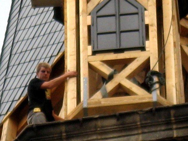 Ve čtvrtek kolem poledne začal portálový jeřáb vynášet na věž první malou věžičku