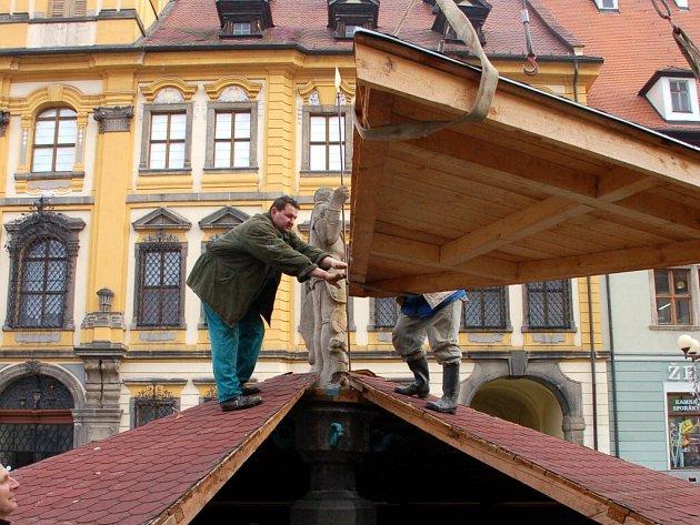 Kašny na chebském náměstí Krále Jiřího z Poděbrad dostaly na zimu slušivé stříšky
