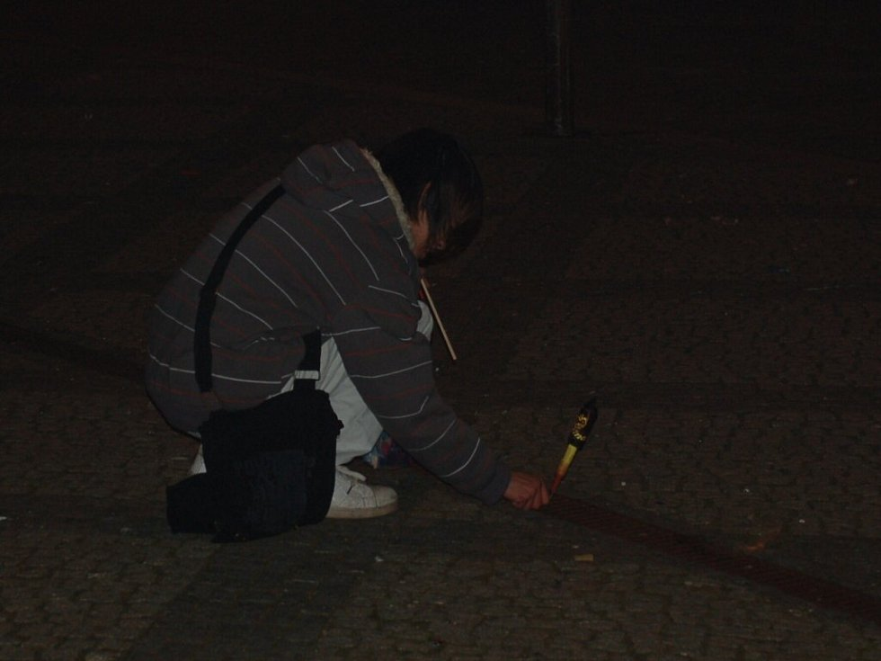 Silvestr na Náměstí Krále Jiřího z Poděbrad. Ze zákazu používání pyrotechniky si nikdo nic nedělal