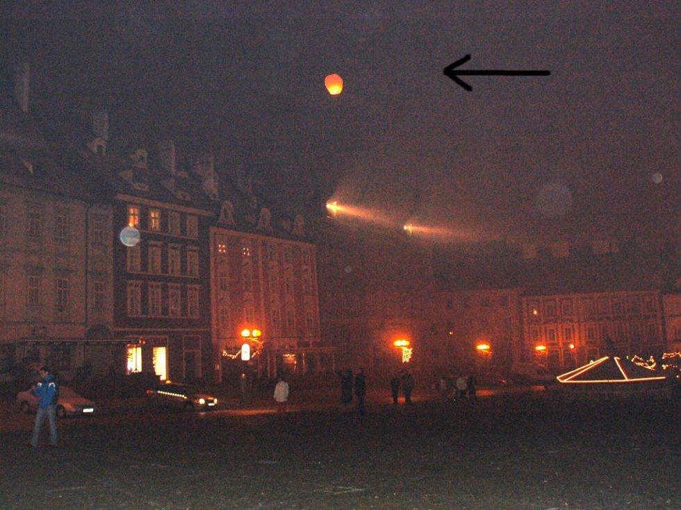 Start horkovzdušného balonu z chebského náměstí