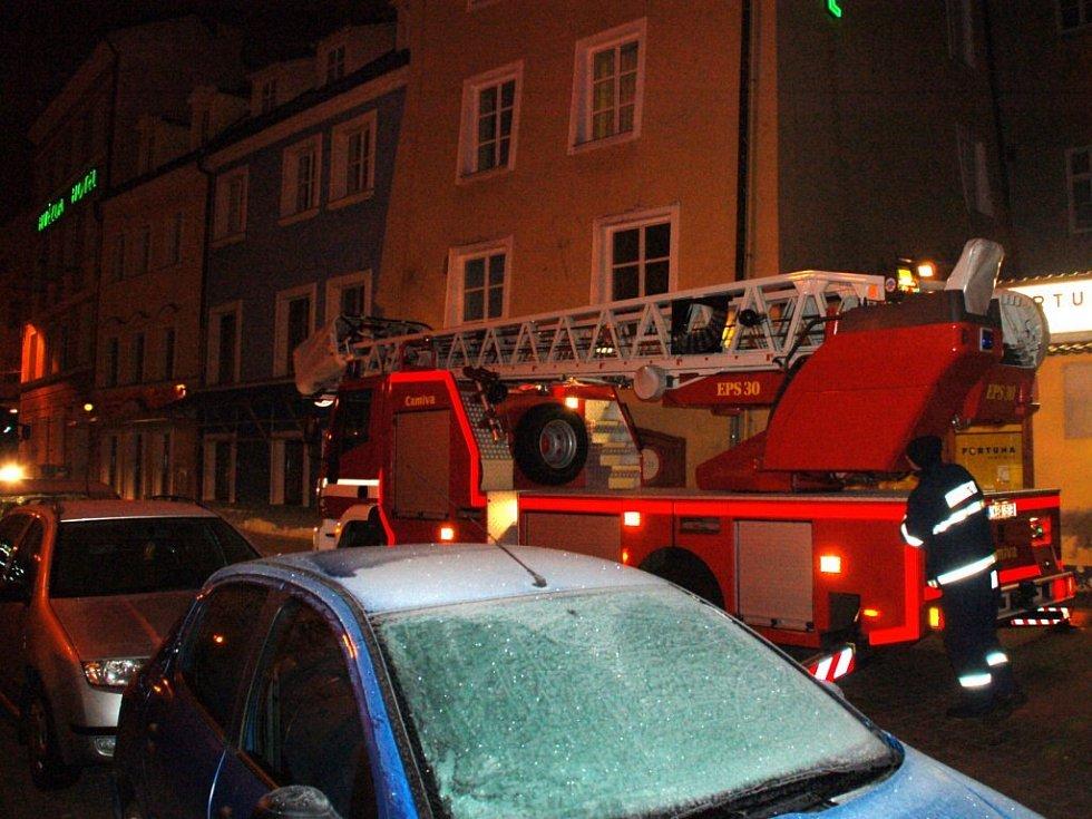 Hasiči měli poplach kvůli oznámení, že ze střechy jednoho z domů u chebského náměstí stoupá kouř