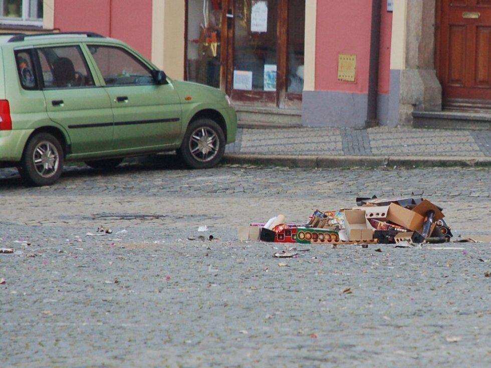 Nepořádek na chebském náměstí Krále Jiřího po silvestrovských oslavách