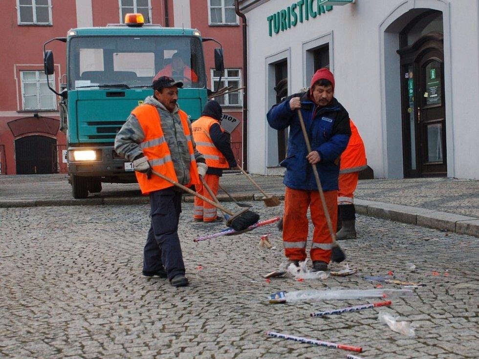Pracovníci Chetesu uklízeli nepořádek po Silvestru hned ráno na Nový rok