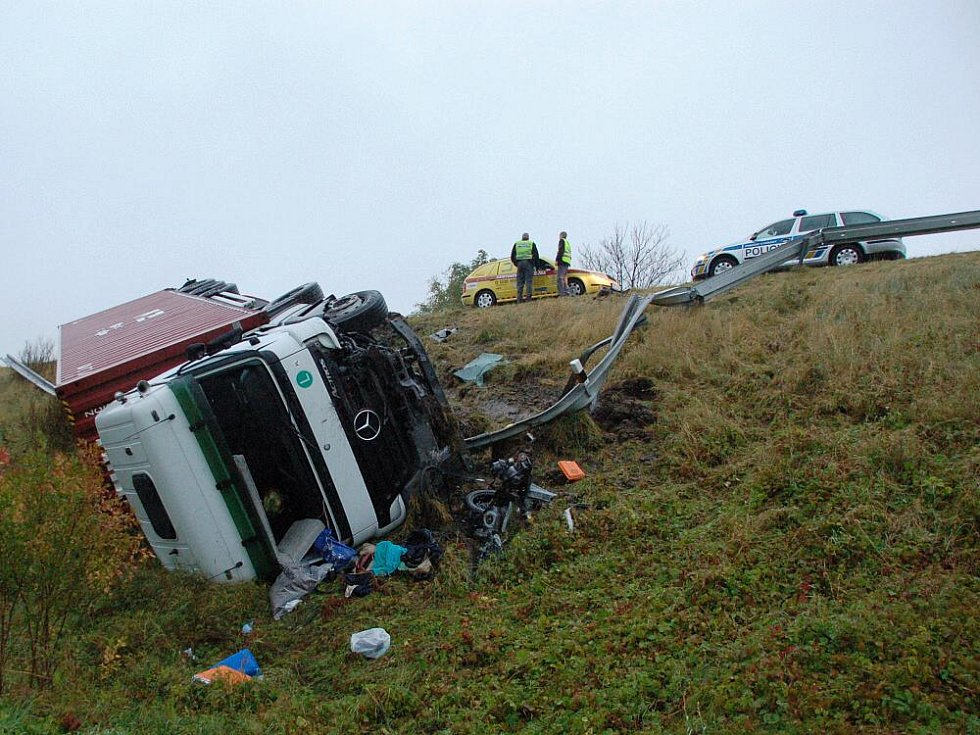 Další smrtelná nehoda ochromila provoz na silnici mezi Chebem a Františkovými Lázněmi. Řidič osobního vozu neměl šanci.