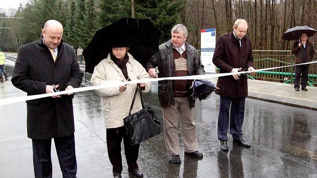 ANI ŠPATNÉ POČASÍ nezadrželo hejtmana Karlovarského kraje, místostarostku Velké Hleďsebe a ředitele firmy SMP CZ od slavnostního přestřižení pásky na zrekonstruovaném mostu.