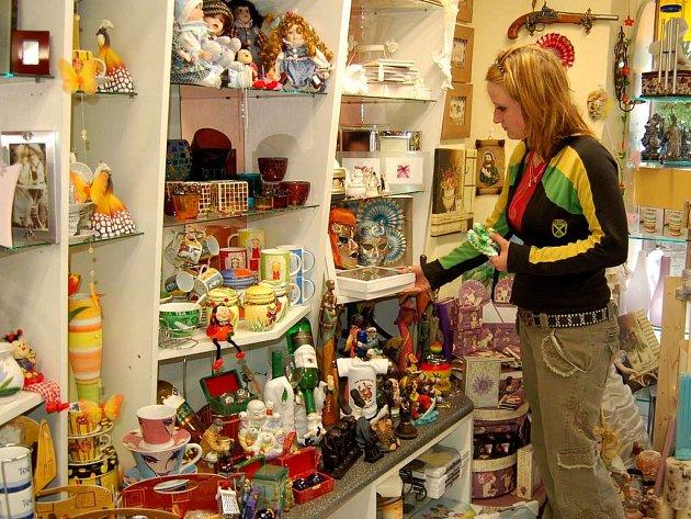 Irena Kupcová z jedné chebské prodejny dárkových předmětů si stěžuje na chování německých zákazníků
