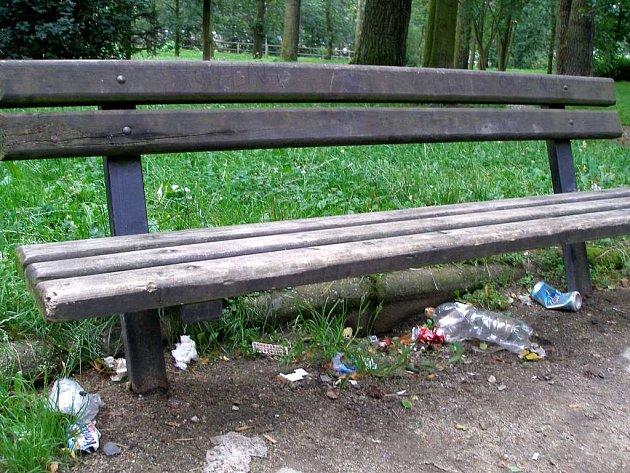 Odpadky pod jednou z laviček v chebské dyleňské ulici