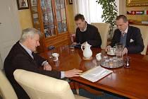 STAROSTA MARIÁNSKÝCH LÁZNÍ Zdeněk Král (vlevo) probíral současnou situaci mariánskolázeňské nemocnice s předsedou Věcí veřejných Vítem Bártou (vpravo).