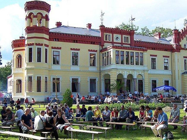 Folkový Mostov v roce 2005