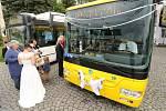 Ze svatby novomanželů Petra Faměry a Michaely Šůsové a svatební jízdy trolejbusem v Mariánských Lázních.
