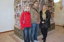 Průvodkyně Jitka Šindelářová (vpravo) provázela po Chebu i Dominika Russe, prasynovce tvůrce kachlových kamen na chebském hradě, s jeho manželkou.